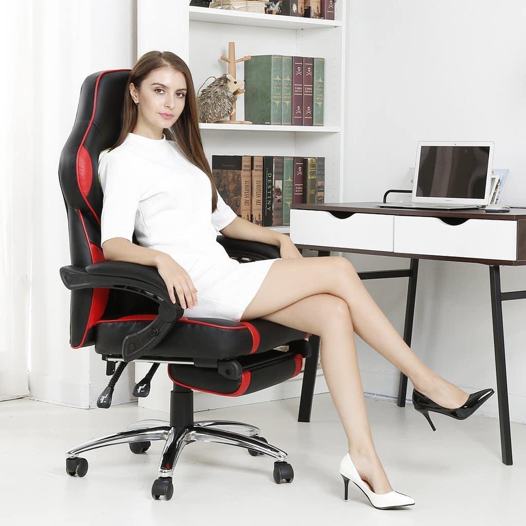 Une fille qui s'apprette à jouer avec la chaise gaming langria